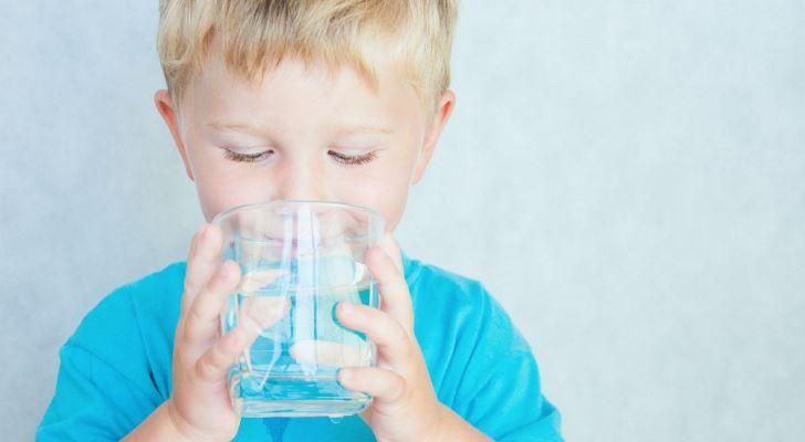 Trẻ em nên uống nước được đun sôi hay nước được lọc qua máy lọc nước?